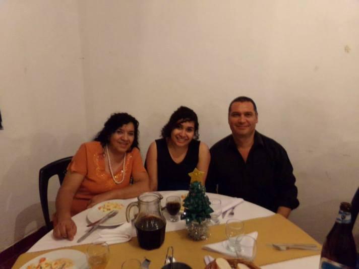 Erika con sus padres, Norma Banegas y Gerardo Alcaraz